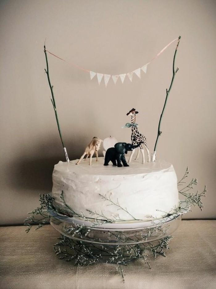 simple-Torte-mit-weißer-Creme-dekoriert-mit-afrikanischen-Tieren-Figuren