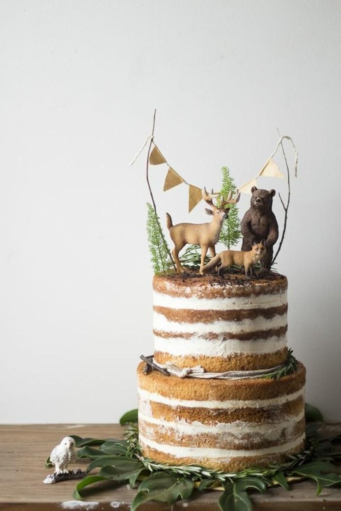 simple-rustikale-Torte-dekoriert-mit-Waldtieren-Figuren