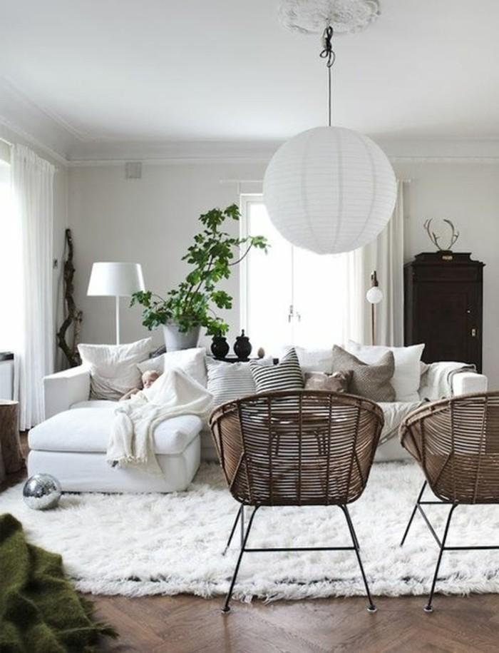 skandinavisches-Wohnzimmer-Interieur-Rattanstühle-weiße-Papierlampe