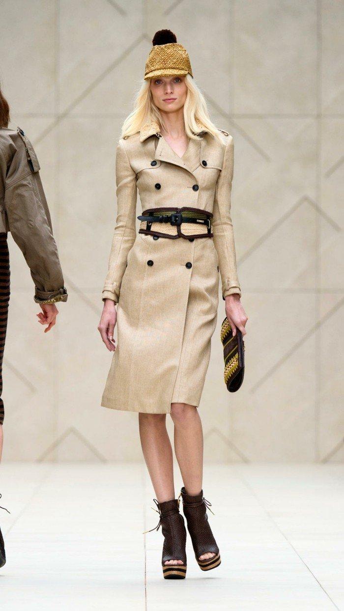 slim-fit-Burberry-Trenchcoat-kombiniert-mit-extravaganten-Schuhen