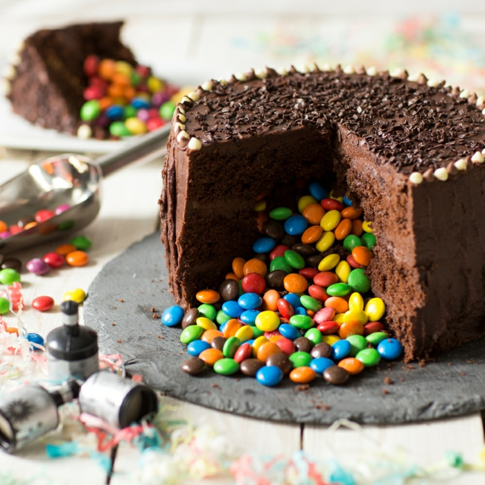 smarties kuchen pinata geburtstagstorte mit bunten bon bons schokoladenkuchen zum geburtstag
