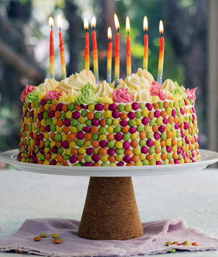 smarties kuchen selber machen geburtstagstorte bunte angezündete kerzen torte zum geburtstag