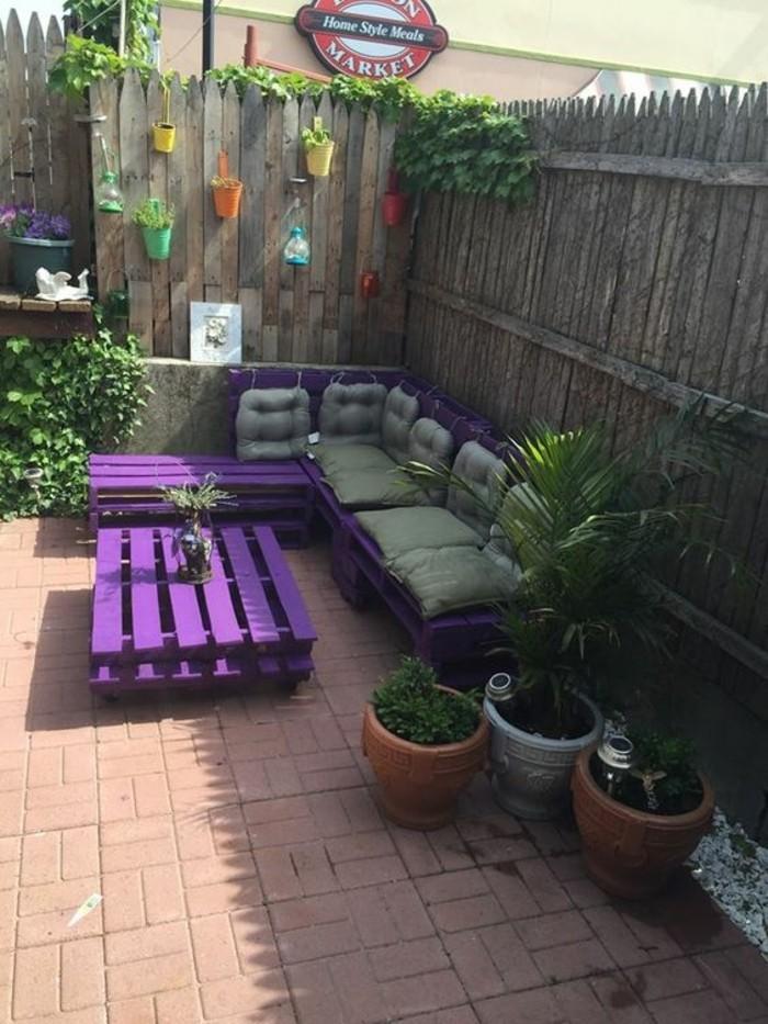 sofa-aus-europaletten-im-garten-schöne-gestaltung