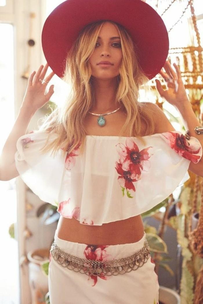 sommerlicher-Outfit-mit-floralen-Motiven-breiter-Hut