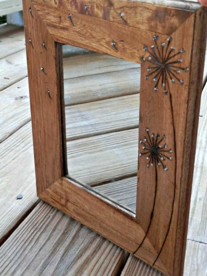 spiegel-mit-holzrahmen-Löwenzähnen-darauf