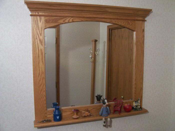 spiegel-mit-holzrahmen-in-der-flur
