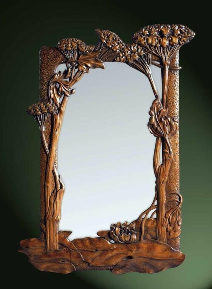 spiegel-mit- holzrahmen-und-blumenfiguren