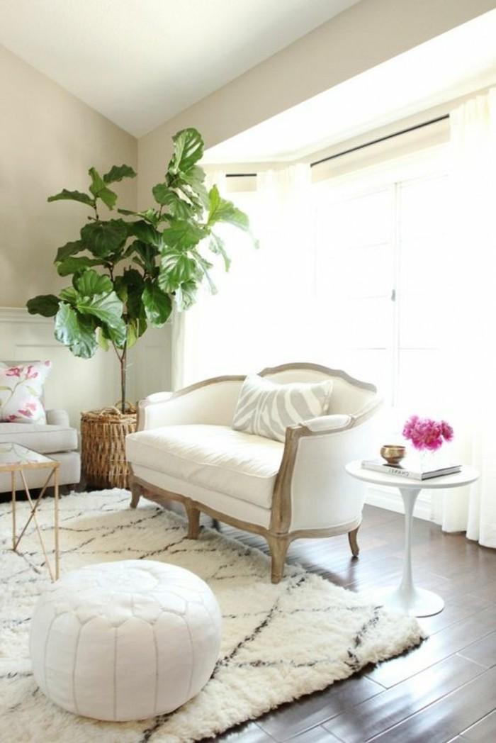 stillvolle-weiße-Couch-mit-Holzlehnen