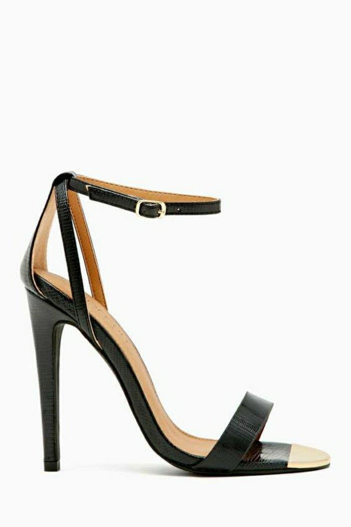 stilvolle-Sandaletten-mit-Absatz-in-schwarz