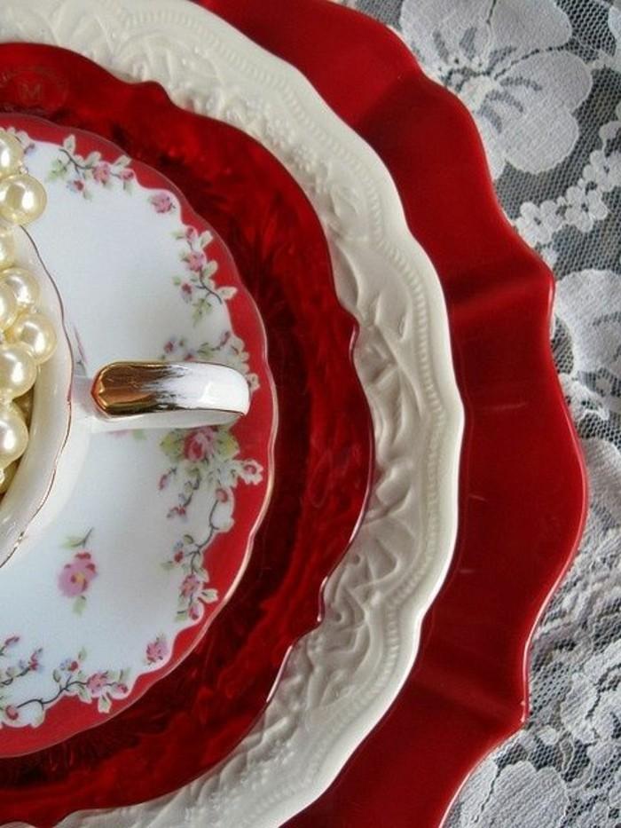 stilvolle-Tischdeko-in-Rot-und-Weiß-für-Teeritual