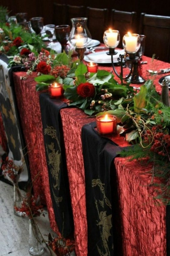 stilvolle-rote-Tischdekoration-für-Hochzeit-in-mittelalterlichem-Stil
