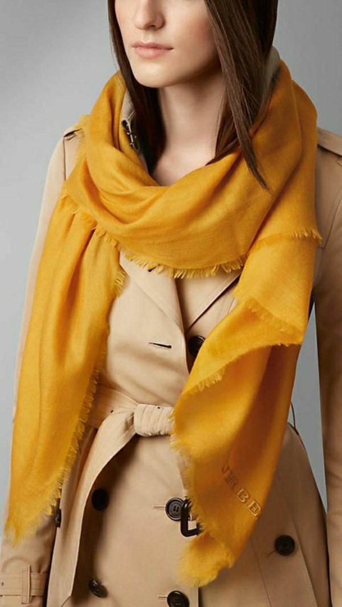 stilvoller-Mantel-von-Burberry-kombiniert-mit-gelbem-Schal