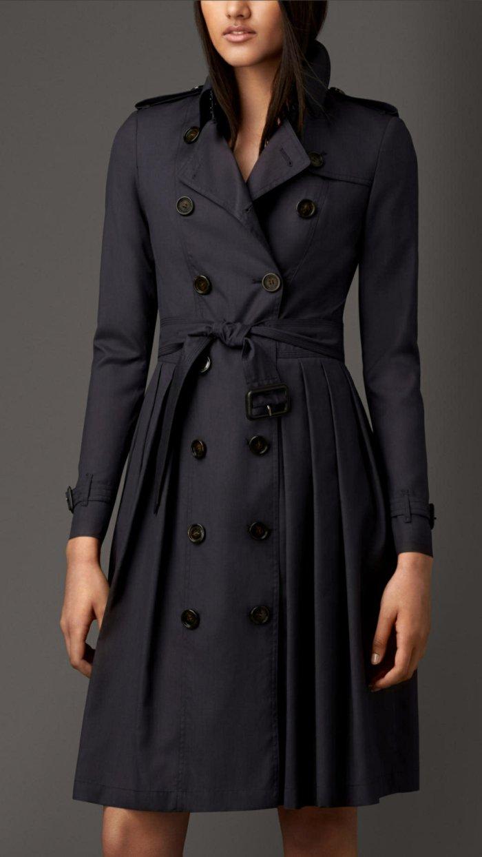 stilvoller-schwarzer-Mantel-mit-Gürtel