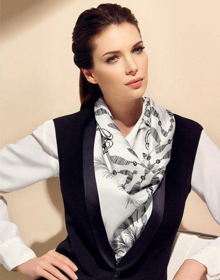 stilvolles-Modell-Seidentuch-in-Weiß-mit-schwarzer-Dekoration