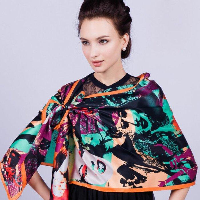 stilvolles-Modell-Seidentuch-in-schönen-Farben