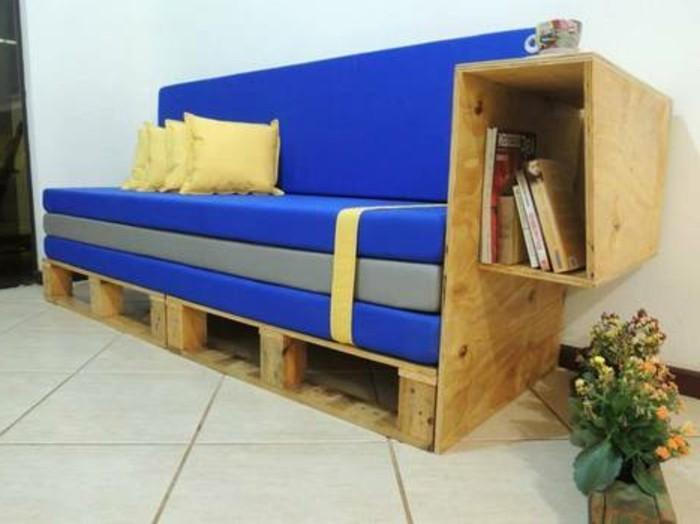 super-tolles-design-sofa-aus-europaletten-blaue-akzente-im-zimmer