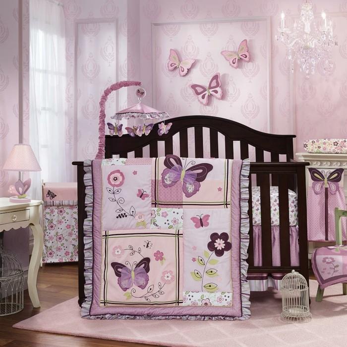 super-tolles-design-von-hölzernem-babybett-rosige-wände-im-babyzimmer
