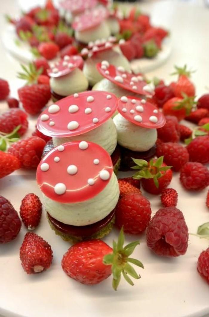 sympatisches-Dessert-mit-Himbeeren-in-der-Form-von-Pilz