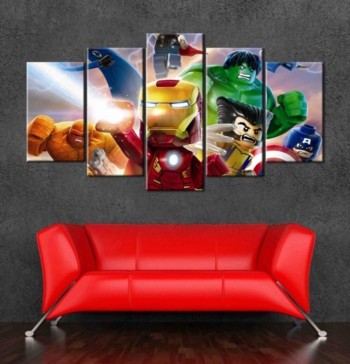sympatisches-rotes-Sofa-animierte-Leinwandbilder-Superheroes