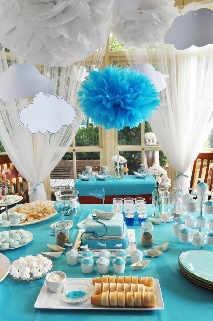 taufe-deko-blaue-gestaltung-hängende-wolken-aus-papier