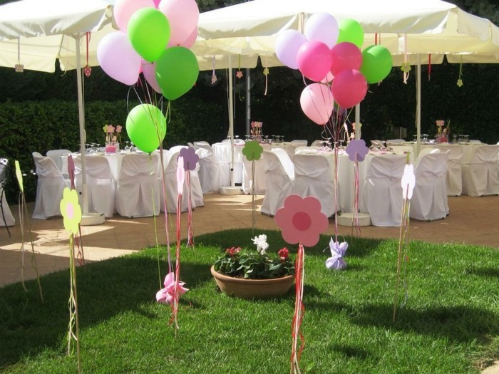 viele bunte ballons auf dem gras im garten - deko zur taufe