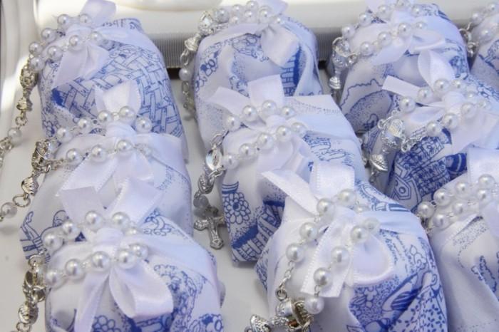 taufe-deko-kreative-kleine-geschenke-mit-weißen-perlen