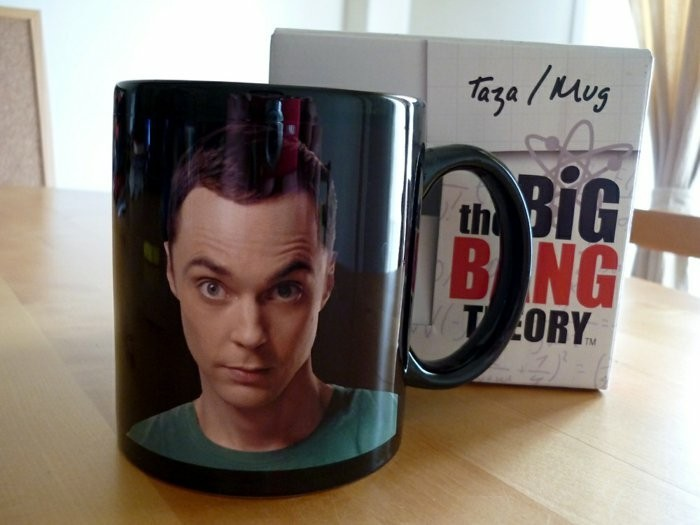 thematisch-personalisierter-mug-mit-The-Big-Bang-Theory-Muster