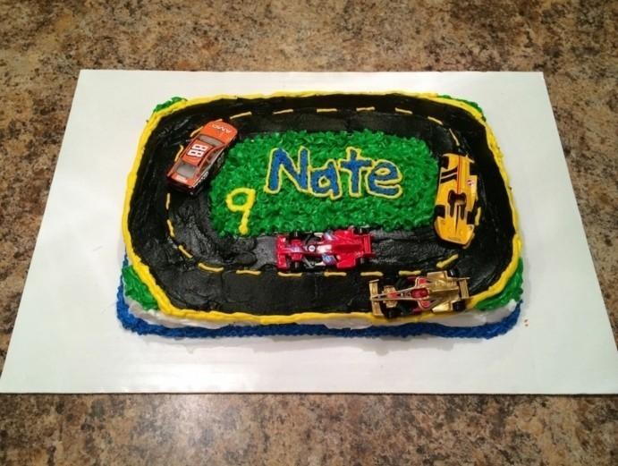 thematischer-Rallye-Kuchen-für-Kindergeburtstag-für-Jungen