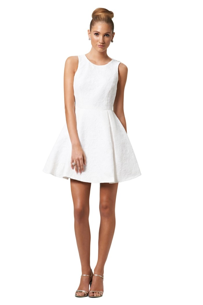 tolle-kleider-in-weiß-weißer-hintergrund-modernes-aussehen