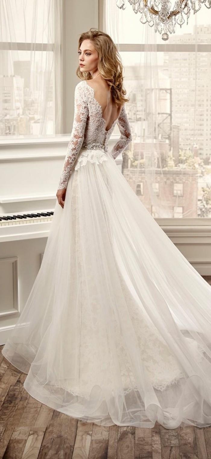 tolle-lange-schöne-damenkleider-in-weiß-modernes-aussehen