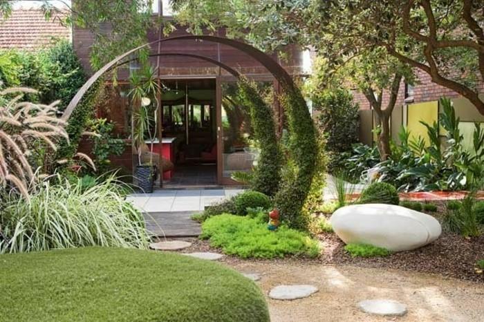 tolles-grünes-gras-und-kreative-gestaltung-vorgarten-anlegen