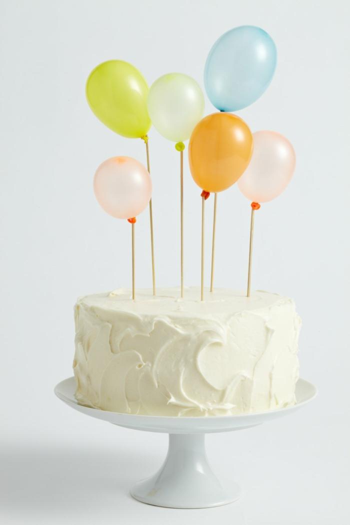 torte mit vanille glasur dekoration bunte luftballons geburtstagskuchen erwachsene minimalistische deko torte