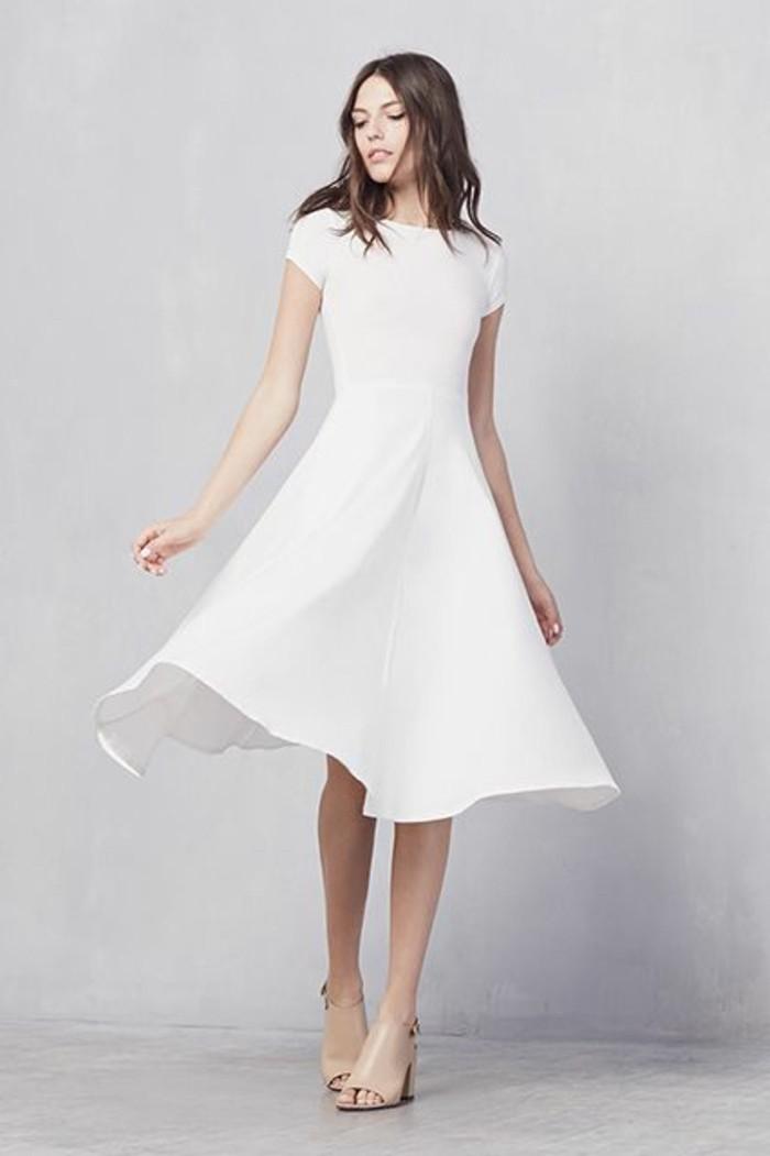 unglaublich-schöne-tolle-kleider-in-weiß-heller-hintergrund