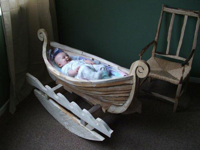 unikales-Modell-Babybett-mit-Boot-Design