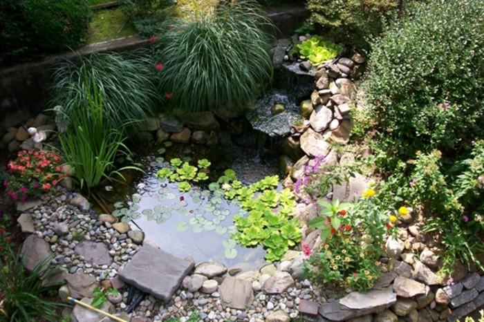 vorgarten-anlegen-kleines-teich-und-schöne-grüne-pflanzen