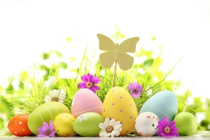 wallpaper-ostern-mit-gefärbten-Eiern-und-Schmetterling-Figur