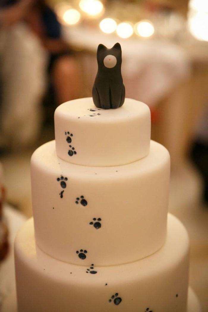 weiße-Geburtstagstorte-mit-dekorativer-Katze