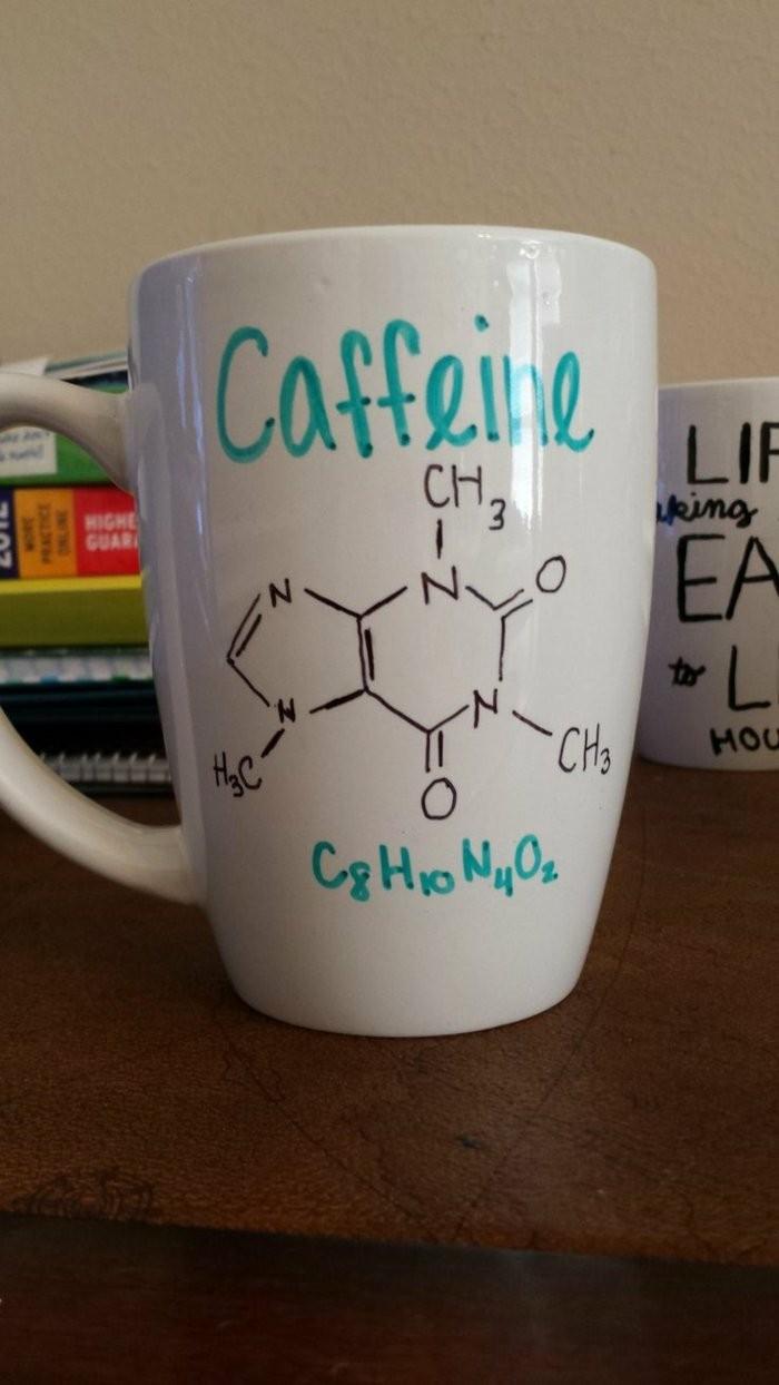 weiße-Kaffeetasse-mit-handgemachten-Zeichnungen-chemische-Formeln