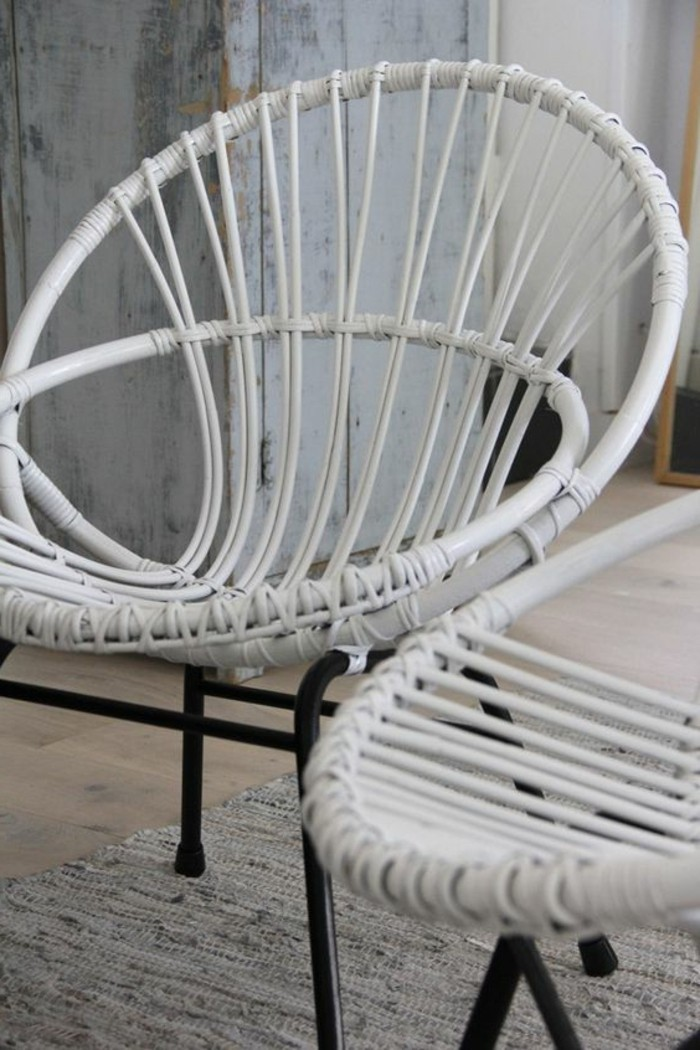 weiße-Rattanstühle-mit-skandinavischem-Design