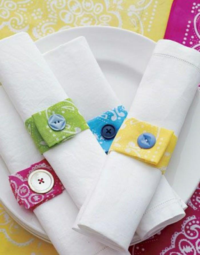 weiße-Servietten-dekoriert-mit-farbigen-Ringen