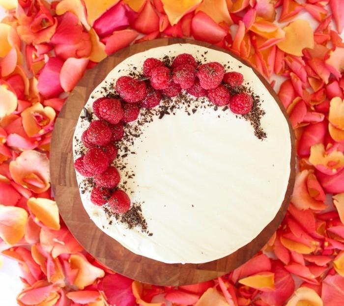 weiße-Torte-dekoriert-mit-Himbeeren