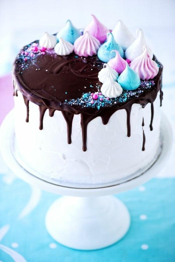 weiße-Torte-mit-Schokoladenglasur-dekoriert-mit-bunten-Süßigkeiten