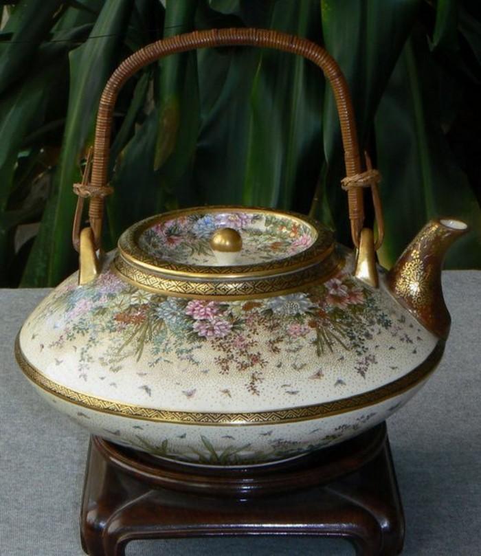 weiße-asiatische-teekanne-mit-goldener-kante