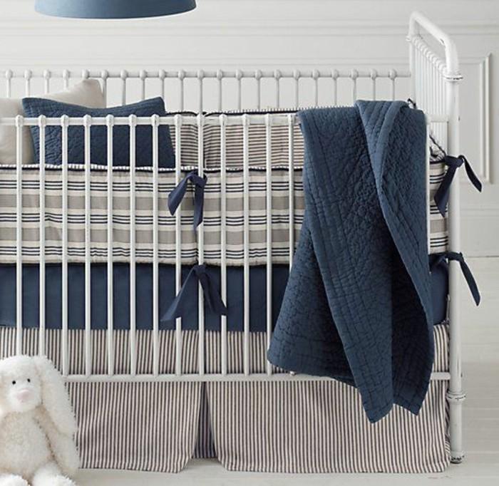 weiße-moderne-schöne-babybetten-blaue-bettbezüge