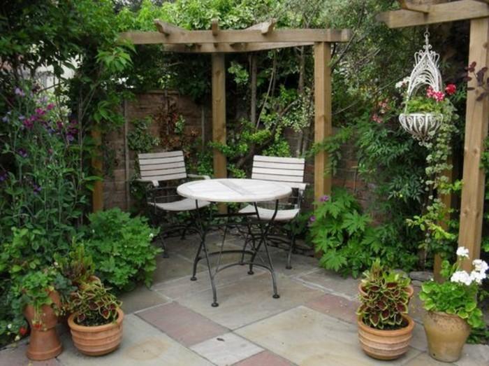 weiße-stühle-und-viele-grüne-pflanzen-gartenideen-für-kleine-gärten