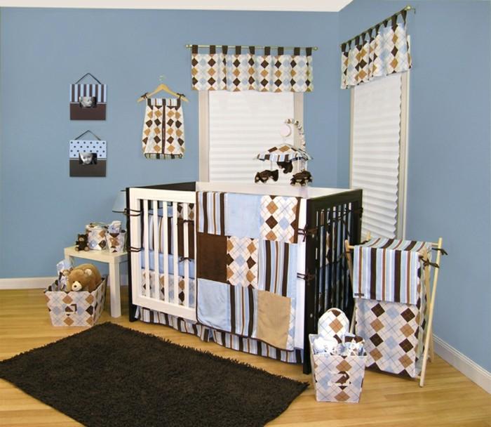 weiße-wundervolle-babybetten-kleines-gemütliches-babyzimmer