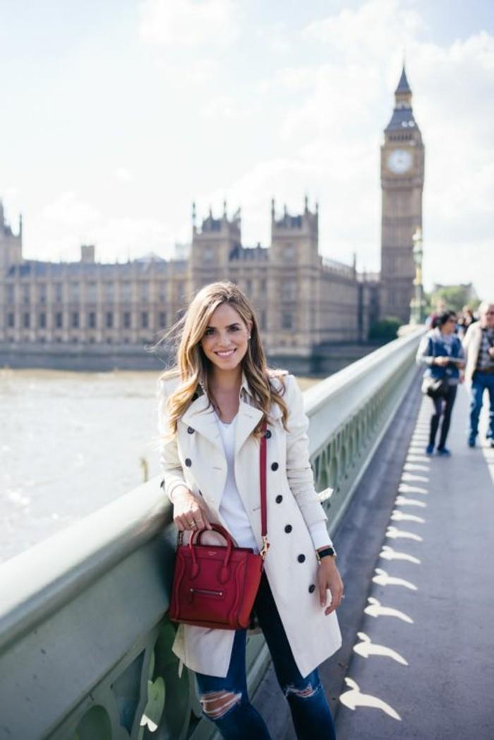 weißer-Burberry-Mantel-mit-Jeans-und-roter-Tasche-kombinieren