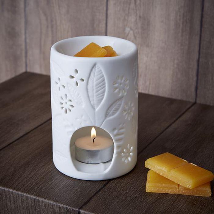 weißer-Teelichthalter-aus-Porzellan-mit-Blumen-Muster