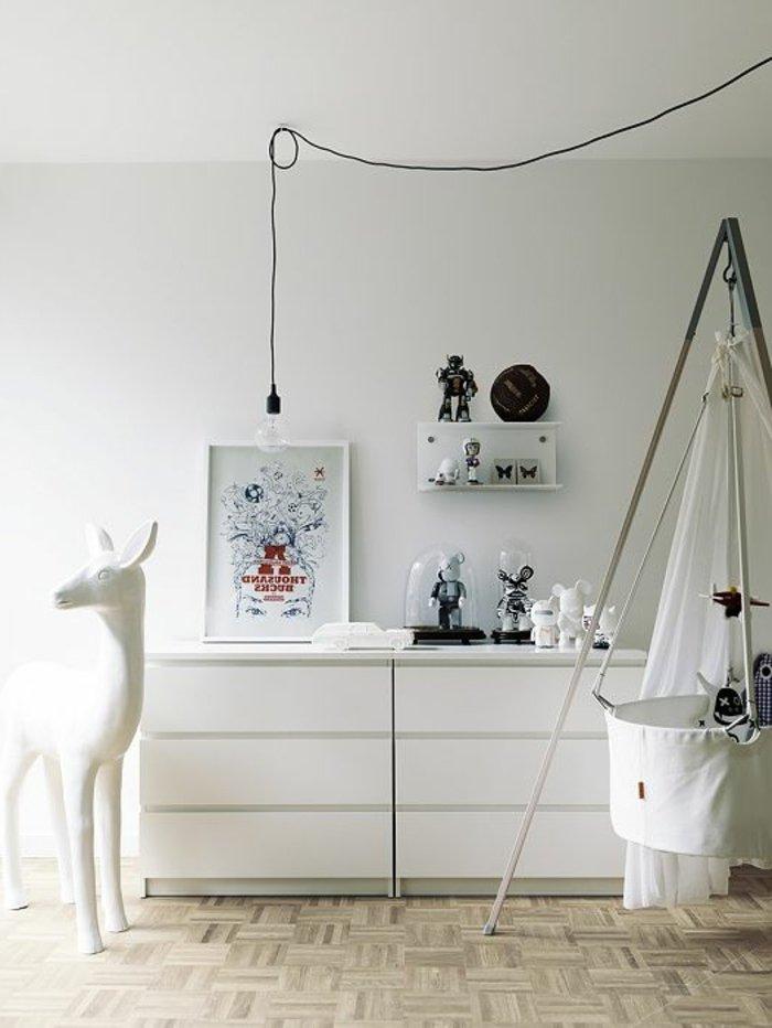 weißes-Babyzimmer-Interieur-Baby-Himmelbett