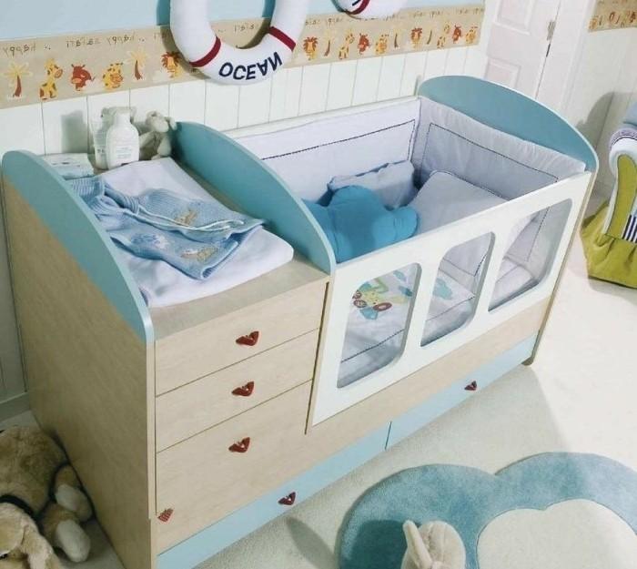weißes-baby-bettchen-mit-blauen-bettwäschen